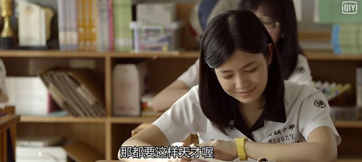 shenjiayi-is-smiling-and-reading-the-letter